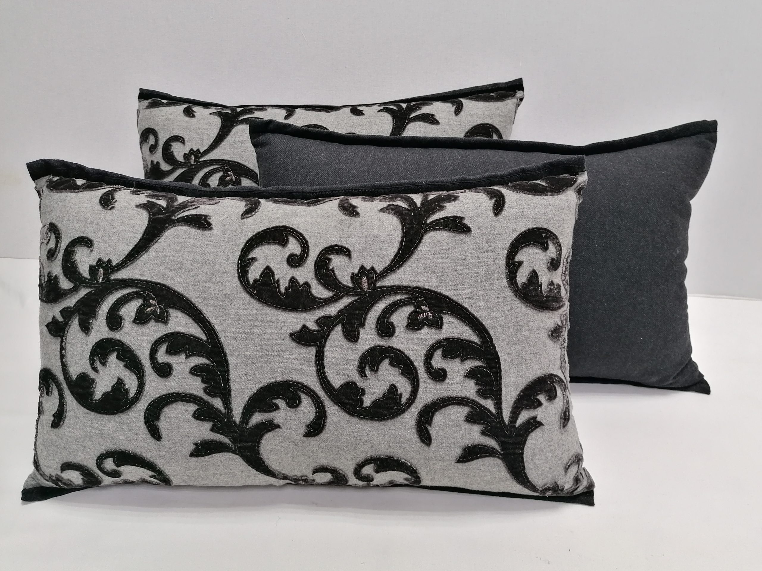Пошив серых подушек с вензелями
